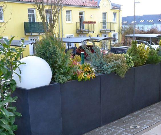 Pflanzkübel, Blumenkübel aus Fiberglas in Anthrazit als Sichtschutz auf Terrasse. Dekoration mit Pflanzen und Leuchtkugel.  Weitere Pflanzkübel aus Fiberglas finden Sie unter https://www.vivanno.de/pflanzkuebel/materialien/fiberglas/