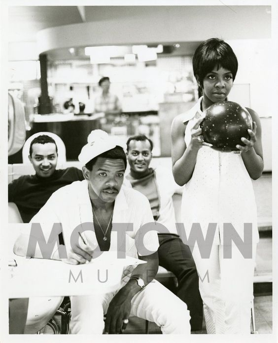 Gladys Knight And The Pips L R William Guest Merald Bubba Knight Edward Patten And Gladys Knight In A Bowling Alley In 1968 Gladys Knight Motown Dads