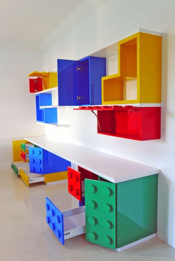 Grote kasten in de met LEGO vormen als kastdeur