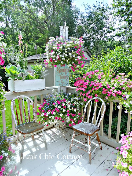 Pretty flower boxes hanging pots using similar colored flowers flowers hanging - Beautiful flower bed ideas ...