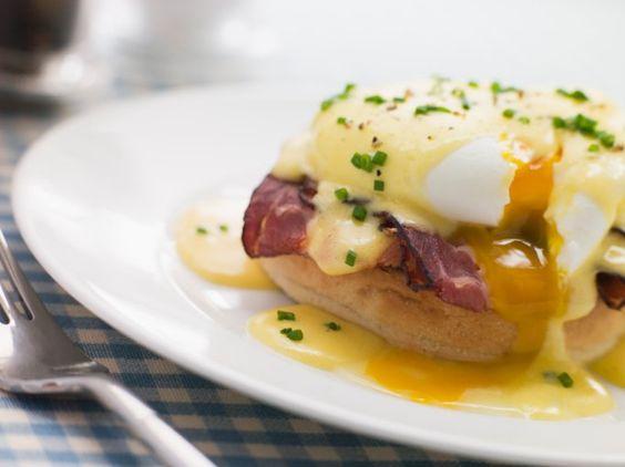 He aquí una receta más para celebrar los días de Pascua: huevos Benedicto. Se trata de combinar huevos escalfados con panecillos y tocino, para luego bañar todo en una deliciosa salsa holandesa. Es un desayuno tradicional de muchos países del mundo durante esta fecha, que ser&aacute