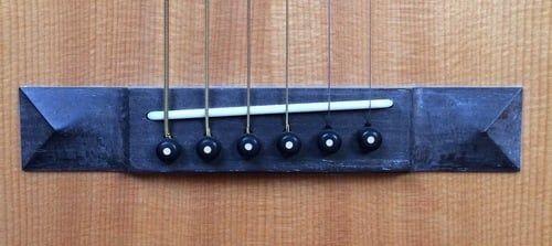 Kompensacja Ciagu Siodlo Na Katach Gitary Akustycznej Aby Umozliwic Wieksze Struny Wieksza Kompensacje Guitar Guitar Solo Settings