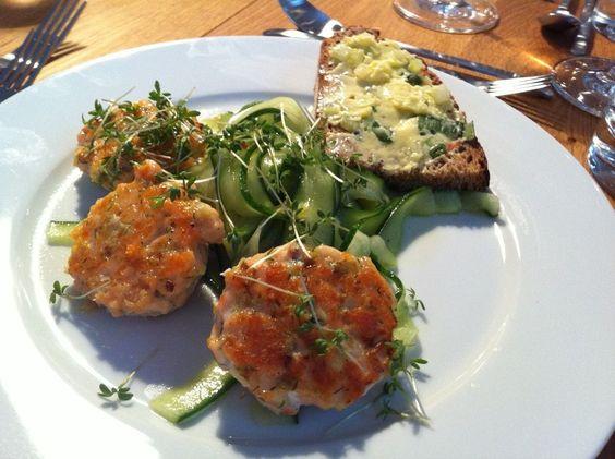Frau D. bittet zu Tisch: Lachspraline auf feinem Gurkensalat - Schöner Blog(t)