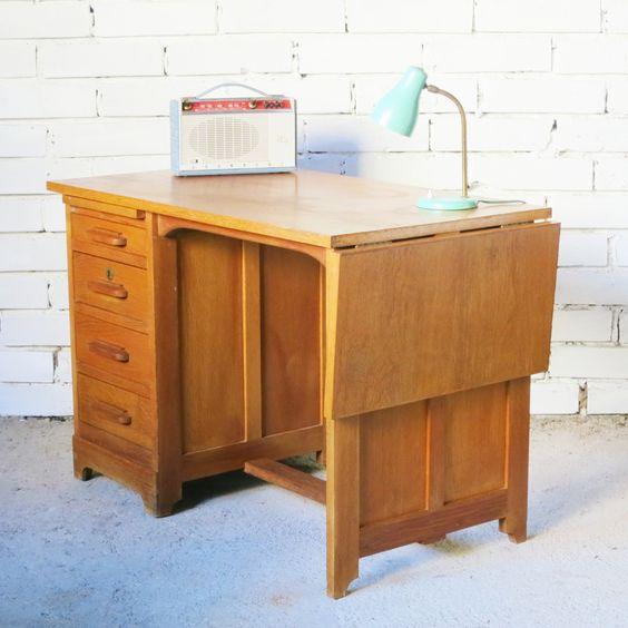 Très joli petit bureau de ministre vintage taille enfant des années 50. Il est entièrement en chêne.