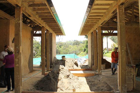 Obras en el Patio Central / Vista hacia la vía de acceso  Casa MILA Diseño y Construcción  Escala Urbana Arquitectura  Medellín, Colombia 2011