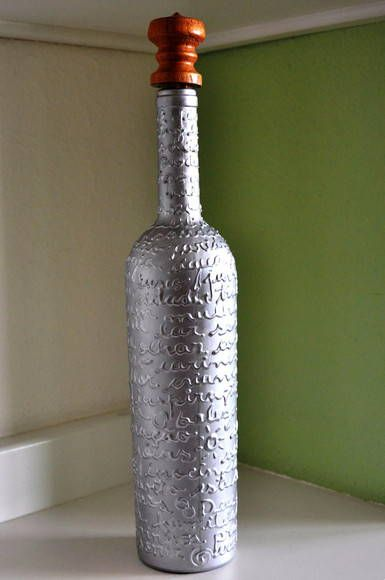 Reciclagem de garrafa e que pode ser utilizada para decoração ou para servir qualquer bebida, acompanha tampa artesanal em madeira com rolha. R$ 35,00
