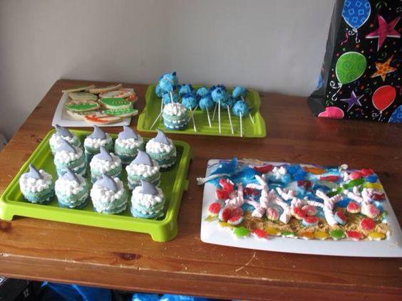 Petits gâteaux ombré avec aileron de requin et popcakes en poisson.