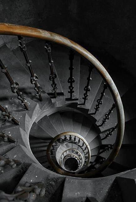 Gray | Grey | Gris | グレー | Grigio | серый | Gurē | Colour | Texture | Birkwood Castle in Lesmahagow, Scotland -  photo by Rubert Pedley.