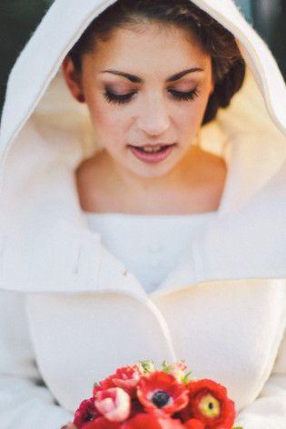 Brautmantel für die Winterbraut mit großer Kapuze und aus reiner Schurwolle in elfenbein (www.noni-mode.de - Foto: Nancy Ebert)
