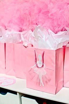 São 50 inspirações magníficas para deixar a festa infantil bailarina desde roupas, decoração, bolos e cupcake, mesa de atividades, lembrancinhas.: