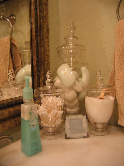 organizando un rincn en el bao con frascos de cristal algodn etc