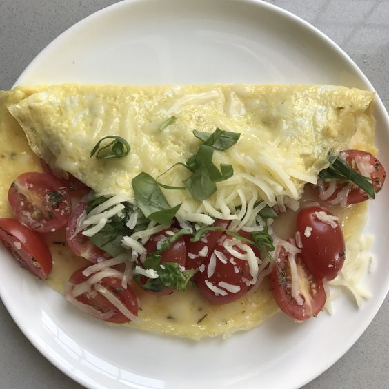 Print 2-Egg Omelet w Tomato & Mozzarella Invoke the flavors of Italy with this savory omelet stuffed with tomatoes and mozzarella. Part-skim is the secret to dropping the calories a bit in this delicious breakfast dish. Servings: 1 omelet Calories: 22