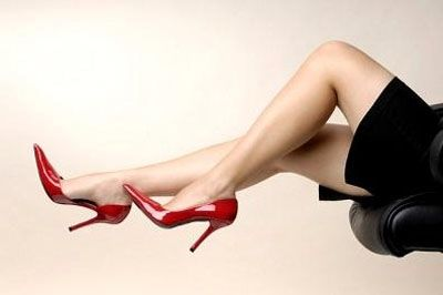 Nói về giày cao gót ta không thể phụ nhận được sức hút mãnh liệt của nó trước phái đẹp , tuy nhiên để là 1 ngươi phụ nữ thông minh khi đi chọn kiểu giày cao gót mà mình thích vốn không phải điều đơn gian ,bởi nếu bạn mua 1  đôi giày cao gót đẹp kém chất lượng nó sẽ trực tiếp ảnh hưởng đến đôi bàn chân của bạn ,những sự khó chịu ở bàn chân phồng rộp , đau mỏi cơ là những nguy cơ bạn hay mắc phải http://giaydepdep.vn/nhung-meo-chon-mua-giay-cao-got-cua-nhung-co-gai-thong-minh
