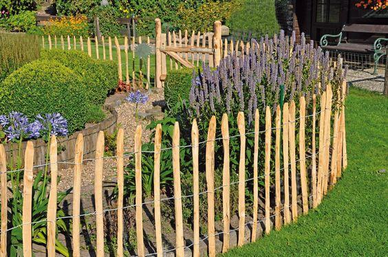 Gartenzaun aus Kastanie. Ästhetische und offene Möglichkeit zum Einzäunen. Vorgarten, Zaun, Hauseinzäunung, Kastanienzaun, Hausumzäunung