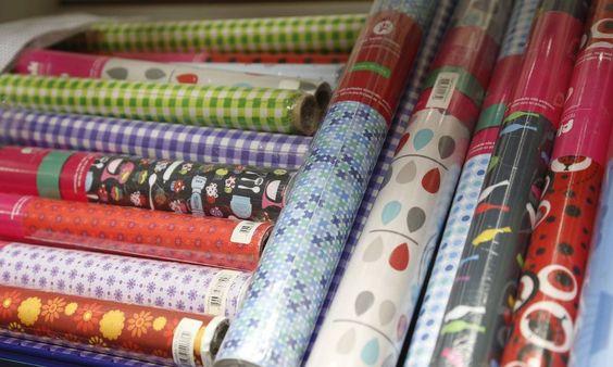 Tecidos adesivos em várias estampas são uma ótima opção para renovar móveis e cantinhos da casa. Na Caçula, que fica na Rua da Alfandega, 325, o metro custa R$ 25,78 Foto: Camila Maia/Agência O Globo