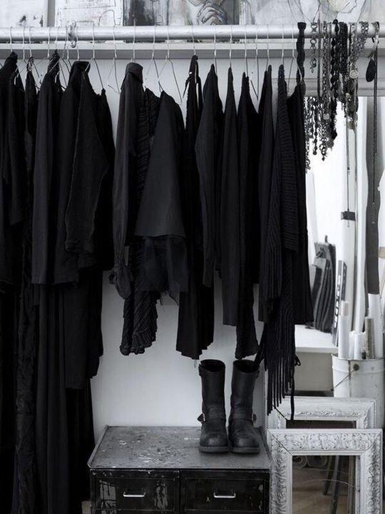 vestido con ropa negra