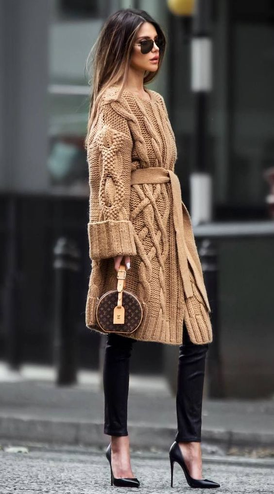 cozy outfit to copy this winter : knit cardi + black skinnies + belt + heels + round bag