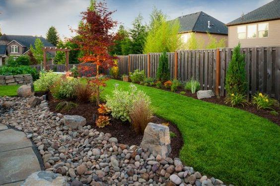Garten natürlich gestalten Steine Rasen Beleuchtung