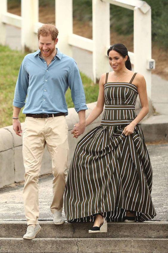 """Hot or Not - Duchessa di Sussex in abito a righe lungo e le """"vietatissime"""" zeppe"""