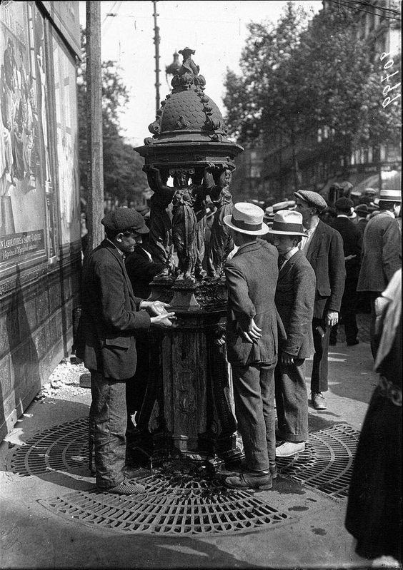 La vague de chaleur à Paris: le public fait la queue à la fontaine Wallace  Agence Meurisse 1921