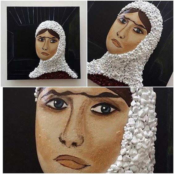Bir tane daha Nuri İyem tablomuz vardı taşlardan oda atölyeden gitti... #taşlar #tasarımolcayca #nuriiyem #anadolukadını #duvarlarboşkalması #hediye