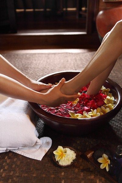 Indonesian ritual before a relaxing foot massage at the Spa of the Warwick ibah #Bali #footspatreatment #footspainterior