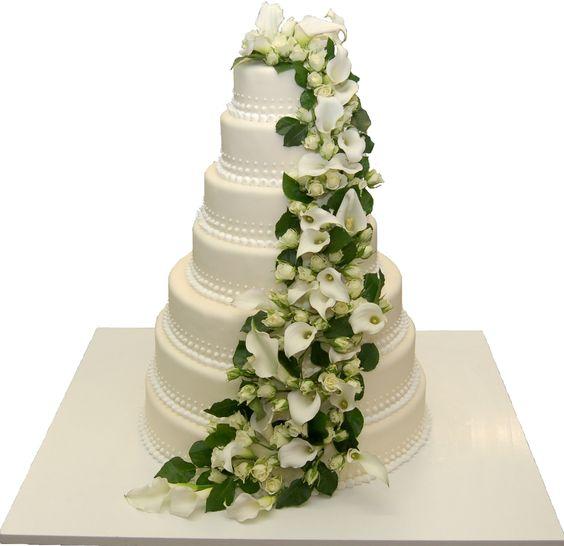 Stöckige Hochzeitstorte verziert mit echten Blumen ...