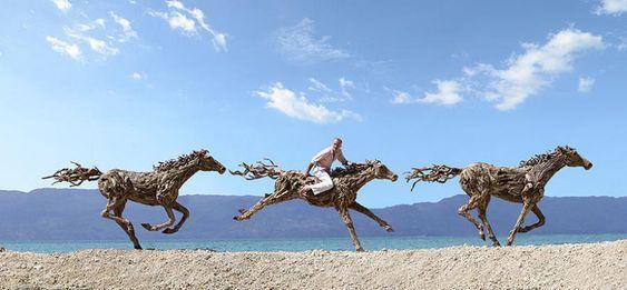 Majestosas esculturas de cavalos com detritos de troncos de madeira por James Doran-Webb