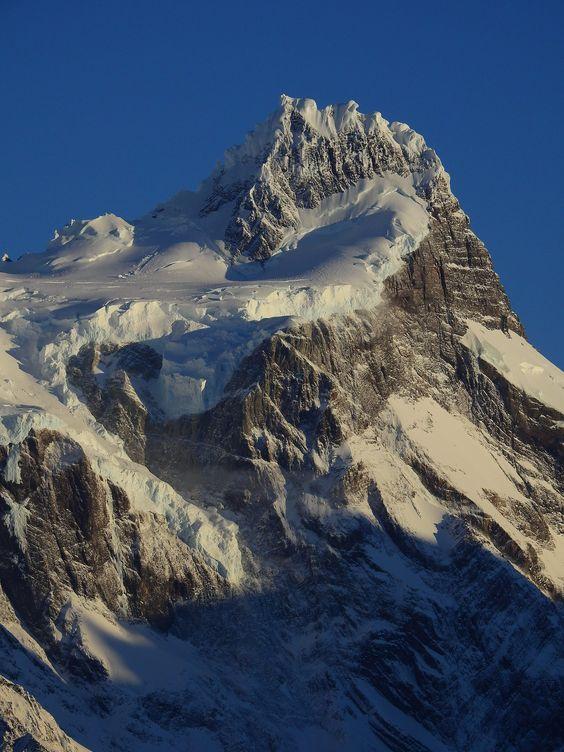 https://flic.kr/p/M1faBv | Paine Grande 3050 mts | Cumbre principal a primera hora del día.  Parque Nacional Torres del Paine, Región de Magallanes, Patagonia, Chile
