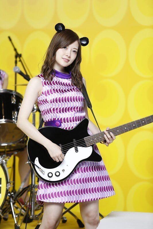 ネズミ耳でギターを持つ白石麻衣