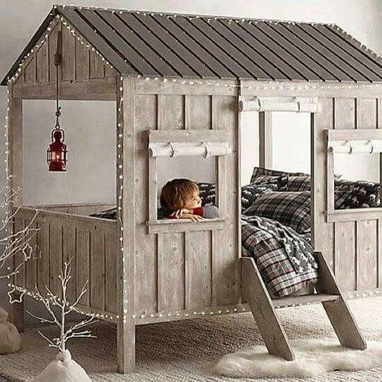 Total süßes Kinderbett mit Weihnachtsbeleuchtung