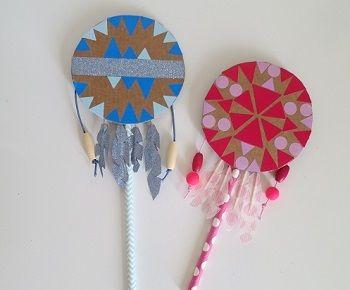 DIY mini-tambourins: carton, gommettes et perles.
