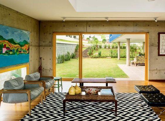 sala-janela-tapete-mesa-de-centro-poltrona-quadro-concreto (Foto: Edu Castello/Editora Globo)