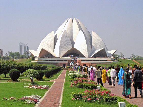 El Templo de Loto es una obra del arq. iraní Fariborz Sabba y se encuentra situado en Delhi, India. El recinto está realizado con mármol blanco y su forma imita a la flor que le da el nombre.