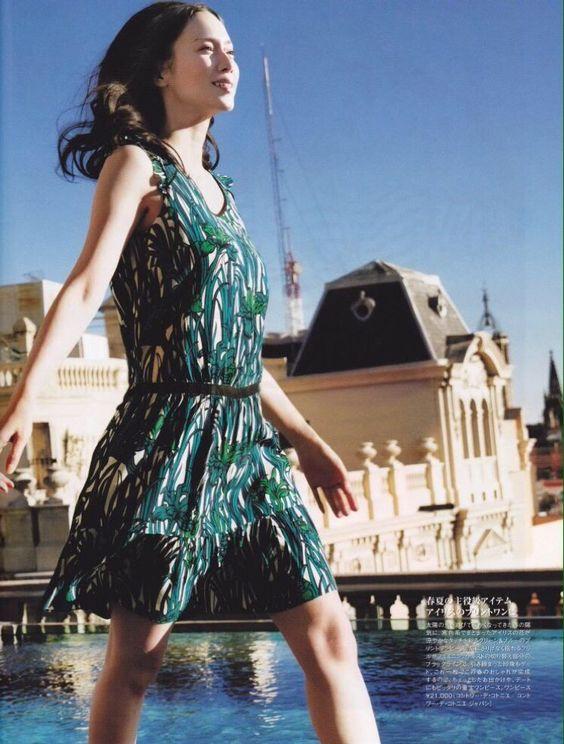 中谷美紀の美しい脚が見える夏らしいワンピースが似合う画像