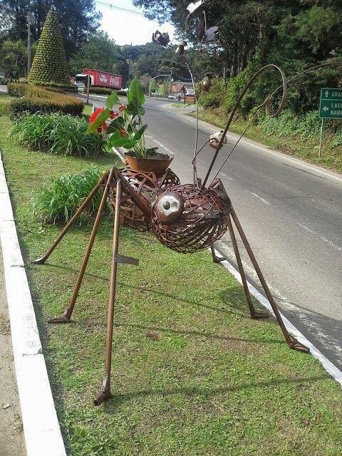 Formigas com suporte para flores.