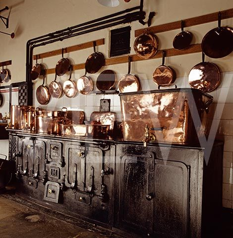 Resultado de imágenes de Google para http://www.viewpictures.co.uk/ImageThumbs/_NT_80716/3/_NT_80716_The_kitchen_at_Lanhydrock_Copper_pots_and_pans_hang_from_the_wall_above_the_cooking_range.jpg