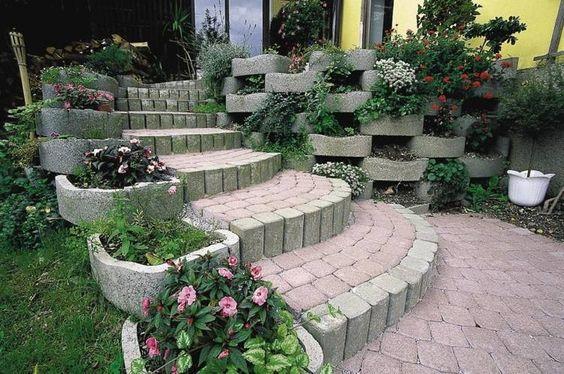 Garten am Hang mit Pflastern und Pflanzringen