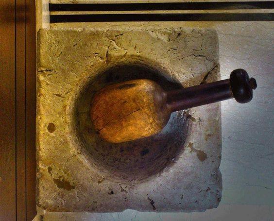جرن لدق اللحمة مع مدقة خشب - من صفحة تراث بيروت على فيس بوك