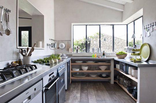 Hameau familial sur l'ile de Ré : Une cuisine organisée qui s'ouvre sur la maison