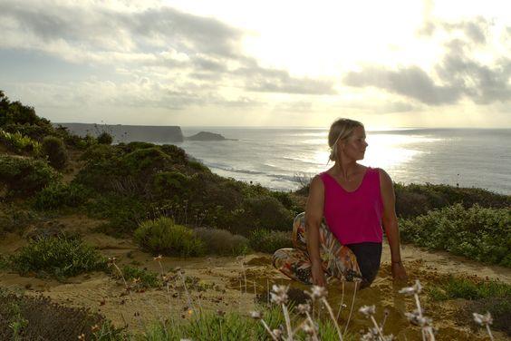 Mit einer 180°-Drehung vom Filmgeschäft ans Meer: Jana Toepfer lebt heute in Portugal, unterrichtet Yoga & bietet Retreats an. Klingt nach einem Traum! Wir haben mit ihr über ihre Selbstständigkeit gesprochen.