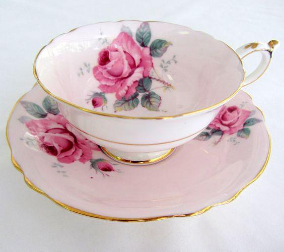 Paragon Pink teacup - esta xícara é parecida , mas não é igual a anterior . O tom das rosas e o nº de flores é diferente , repare .