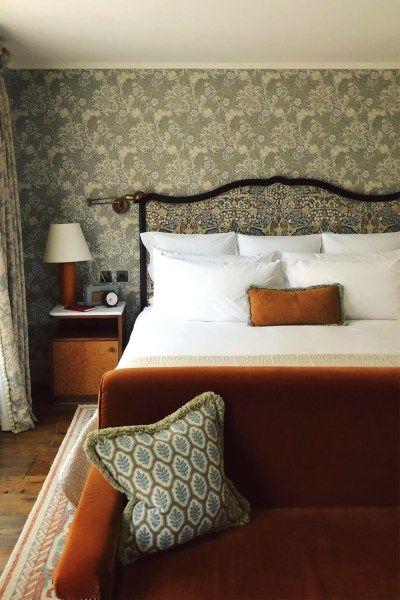 イギリス インテリア 寝室 コーディネート例 ナイトテーブル