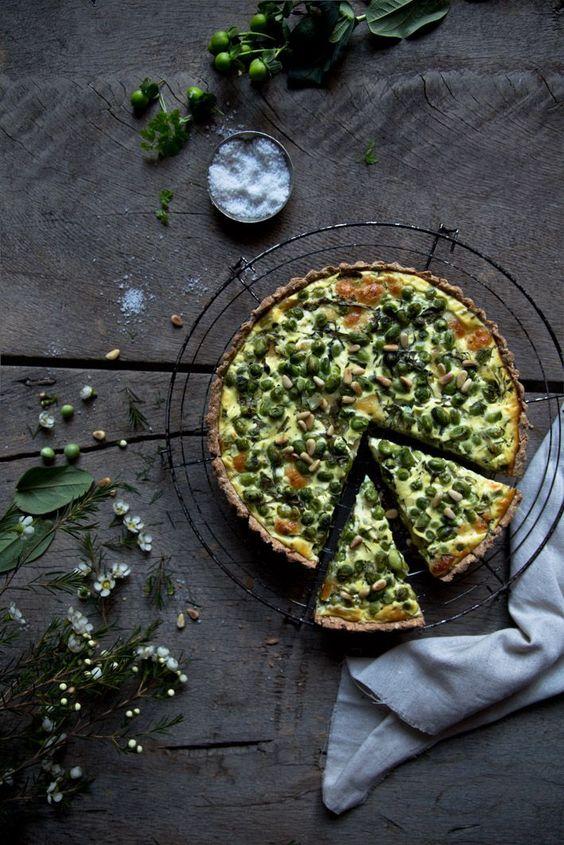 Quiche mit Erbsen, Edamame und Spinat mit Mozzarella.