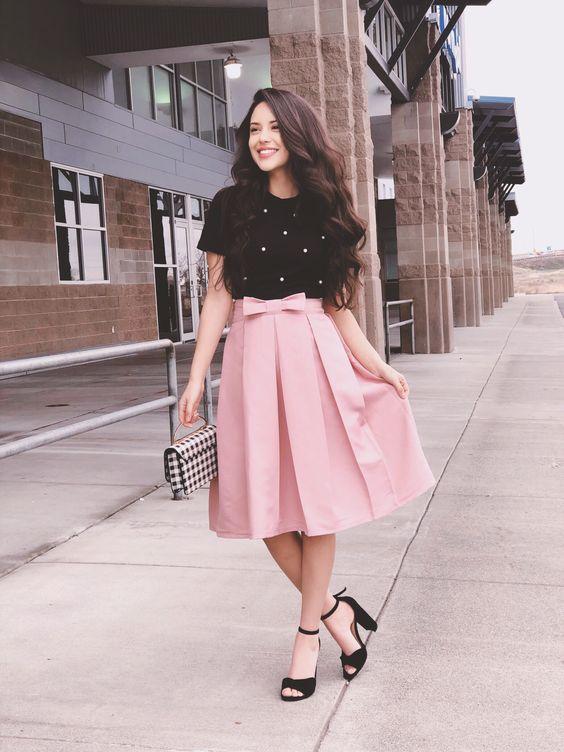 Conjunto de camisa preta com detalhes cor de rosa e saia rosada. Lindo!😍🤩