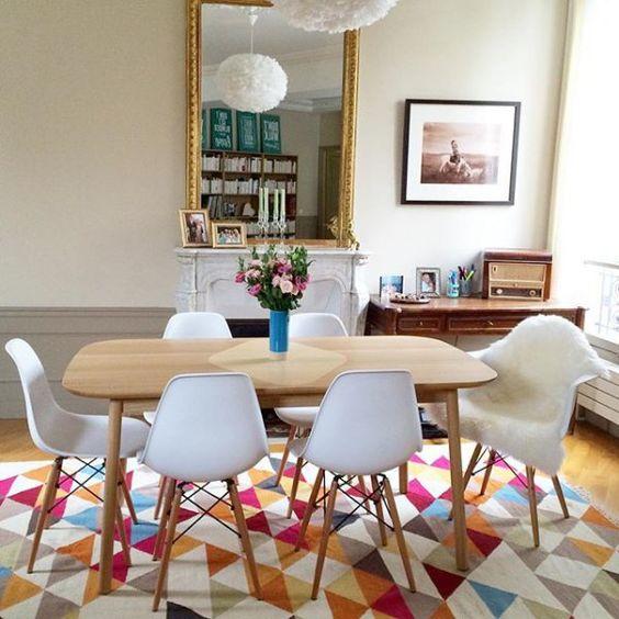 Salle à manger au style scandinave, tapis aux motifs géométriques , scandinavian living room