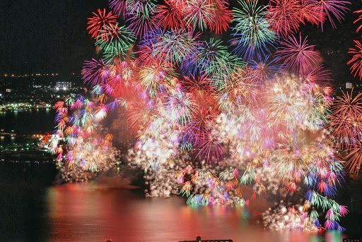 連続して打ち上がる長岡の花火