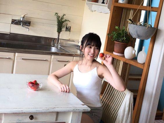 イチゴを持つ矢吹奈子