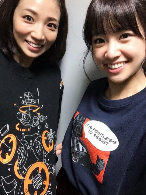 内田敦子ロゴ入りTシャツ着て笑顔