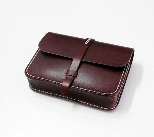 剛剛逛 Pinkoi,看到這個推薦給你:純手工製作植鞣真皮女士單肩斜挎小方包 簡潔樸素文藝範森系復古小包深棕色 - https://www.pinkoi.com/product/92ScHLcq